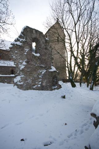 Bild: Die Nordwestseite der Stiftskirche mit Teilen der Alten Kapelle.