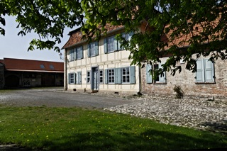 Bild: Das Amtshaus mit dem Westwerk des ehemaligen Klostergutes Wendhusen in Thale.
