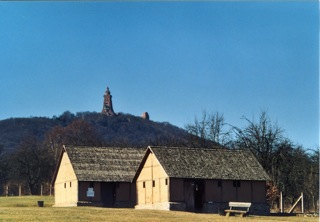 Bild: Die Königspfalz zu Tilleda. Im Hintergrund das Kyffhäuser-Denkmal.