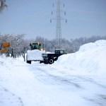Bild: Winter 2010/2011 - Schneeräumen mit VOLVO Radlader und UNIMOG an der Kreuzung zwischen Greifenhagen und Bräunrode.