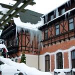 Bild: Winter 2010/2011 - Eiszapfen an einem Hotel in Alexisbad.