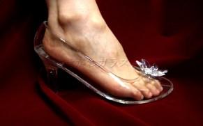 赤い絨毯の上で、ガラスの靴に足を入れて履いている。つま先のアクセサリーはスワロフスキー製を採用。