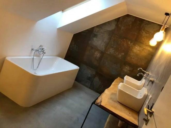 Przytulne Skandynawskie wnętrze małej łazienki