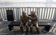 Estátua de dois amigos em um banco
