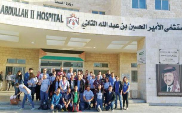 الفريق المشارك في عمليات الإبتسامة أمام مستشفى الحسين في عين الباشا - (من المصدر)