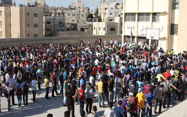 طلاب خلال الطابور الصباحي في إحدى المدارس بعمان-(تصوير- محمد أبو غوش)