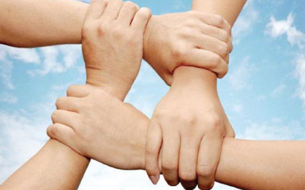 ينبغي ترسيخ مفاهيم التكافل الإجتماعي والتواصل مع الجيران - (ارشيفية)