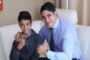 ملياردير يتكفل بنفقات تربية وتعليم طفل هزت قصته مصر