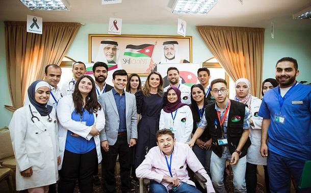 الملكة رانيا تطلع على فعاليات اليوم الطبي المجاني لفريق