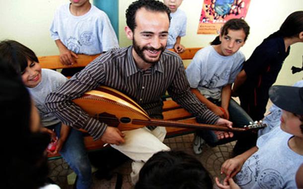 'الكمنجاتي' يعلّم الموسيقى لأطفال المخيّمات
