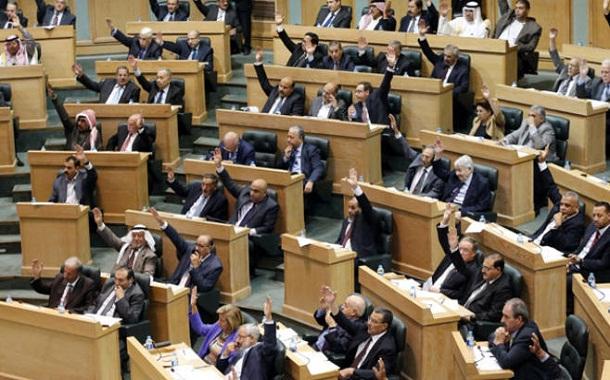 أعضاء مجلس الأمة بشقيه الأعيان والنواب يصوتون على مشروع خلال جلسة سابقة