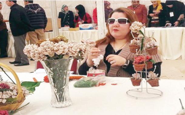 الكفيفة رشا عزت تصنع الورود من الخرز - (من المصدر)