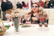 رشا.. كفيفة تتخطى هاجس العتمة وتبدع بصناعة الورود الخرزية