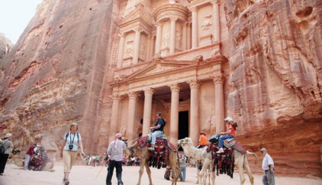 سياح في مدينة البترا - (ارشيفية)