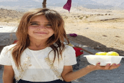 بائعة التين العراقية التي سحرت الإنترنت بعيونها الخضراء