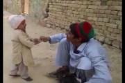 سوشيال ميديا ..... فيديو لطفل باكستاني ينقذ دجاجة من سكين الذابح