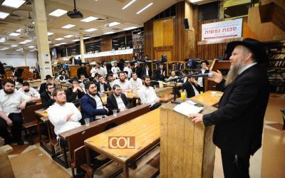 Crown Heights : Le Rav Yossef Haim Kantor, Chalia'h du Rabbi en Thaïlande, donne un cours aux élèves de la Kvoutsa