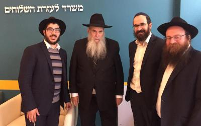 Photo du jour : Le Rav Moshe Kotlarsky visite le bureau des Chlou'him du Beth Loubavitch à Paris