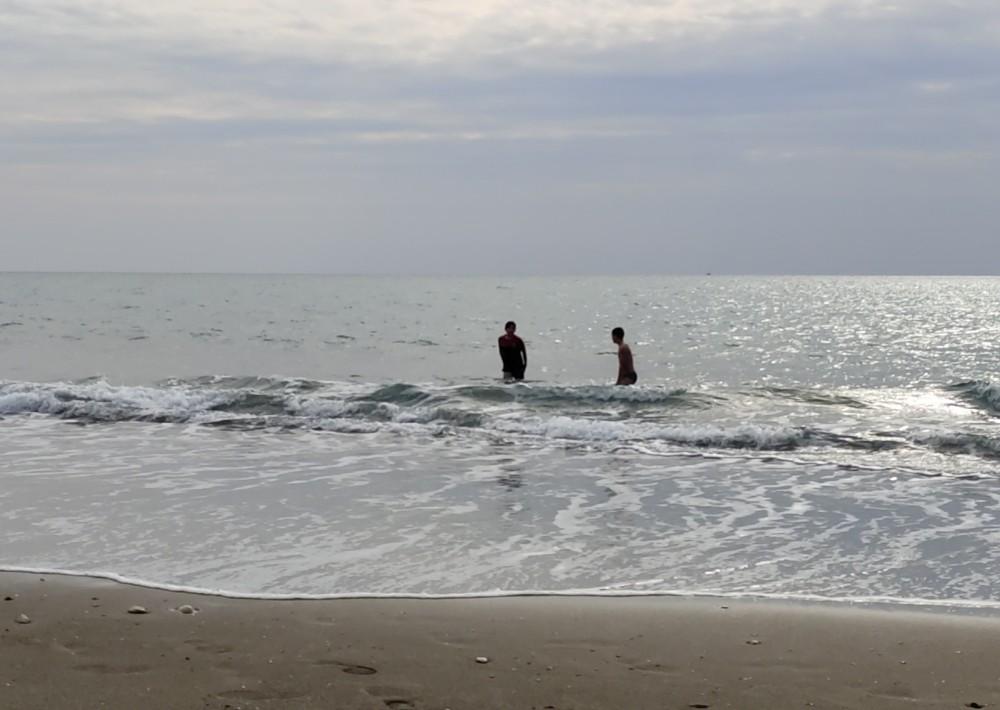 Soğuğa aldırmadan sahilde yüzdüler