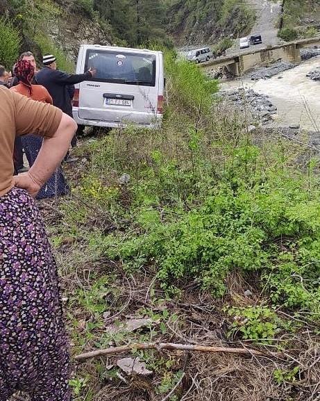 Dereye devrilmekte olan minibüs, vatandaşların yardımlarıyla kurtarıldı