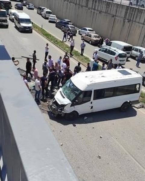 Hatay'da jandarma personelini taşıyan minibüs devrildi: 3 yaralı