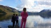 Jenter ved vatnet på Hårklau 2014