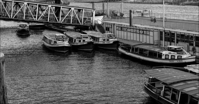 « Barkassen » en arrière des Landungsbrücken