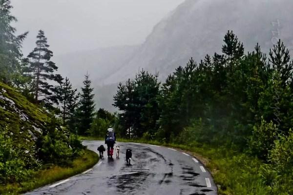 et rebelote cheminer sous la pluie