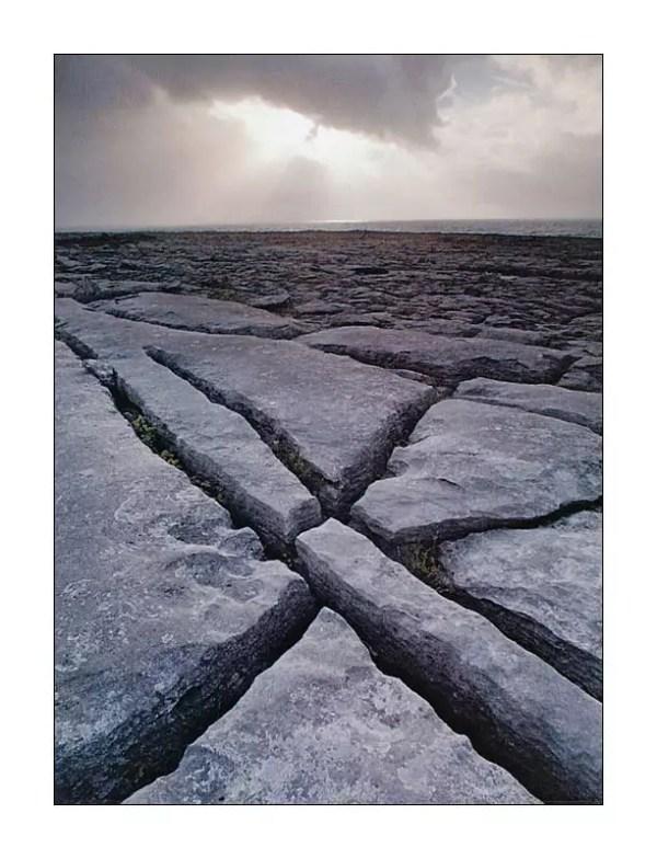au plateau karstique désertique du Burren. Nord-ouest du Comté de Clare (2000) « C'est un pays où il n'y a pas assez d'eau pour noyer un homme, pas assez d'arbres pour le pendre, pas assez de terre pour l'enterrer (...) et pourtant leur bétail est bien gras, car l'herbe, qui pousse sur des mottes de terre de quelques pieds carrés, entre les cailloux de calcaire, est bien douce et fort nourrissante »