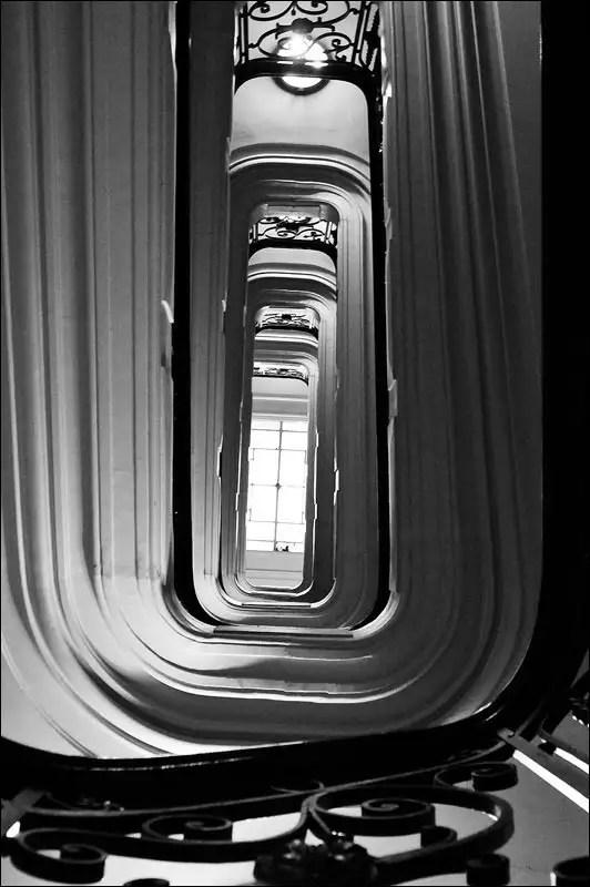 une cage d'escalier majestueuse