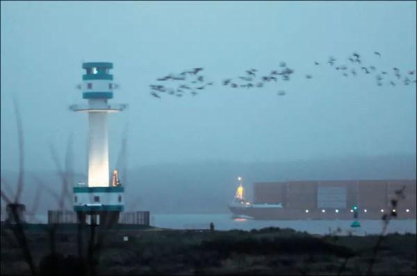 un porte-conteneurs passe le détroit de Friedrichsort vers la Baltique