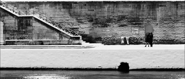 Des amants sur le Quai de Bourbon dans la neige prèsque vierge ;-)