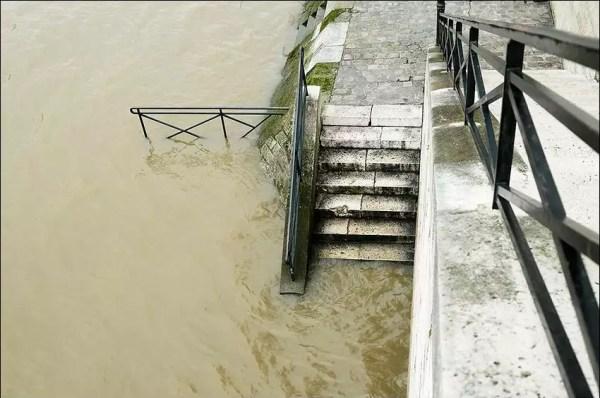 L'escalier vers la promenade. Quai de Bourbon. Normalement, cette promenade se trouve 1,5 mètres au-dessus du fleuve.