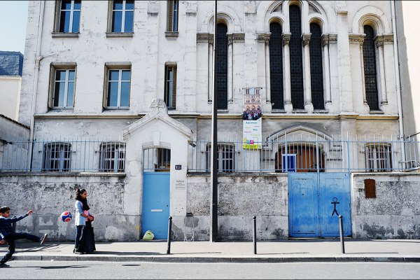 Des enfants en jouant dans la rue devant l'église Notre-Dame des Malades, Paris X