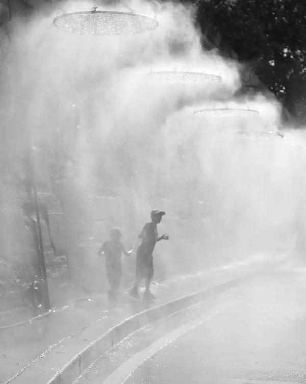 … prendre une petite douche rafraîchissante dans la canicule de ces jours-ci .… Paris Plages.