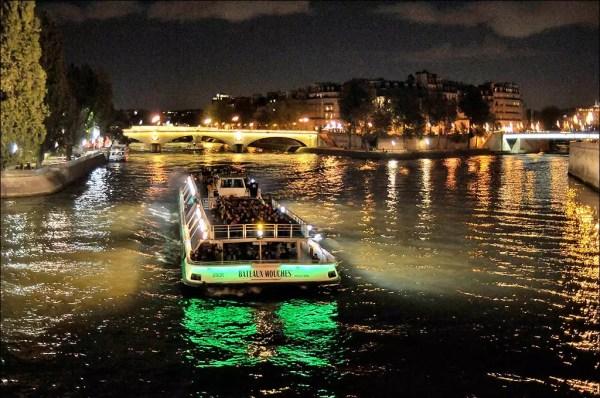 un des derniers bateaux mouches su le fleuve