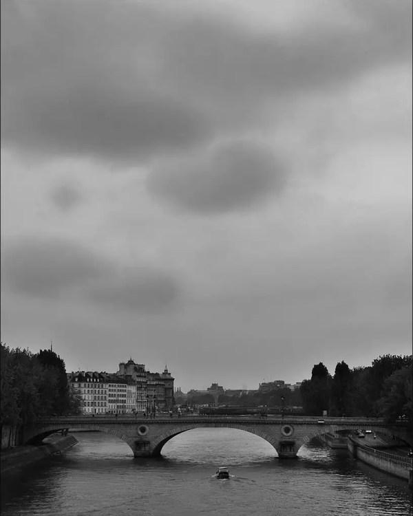 la Seine sous un ciel lourd