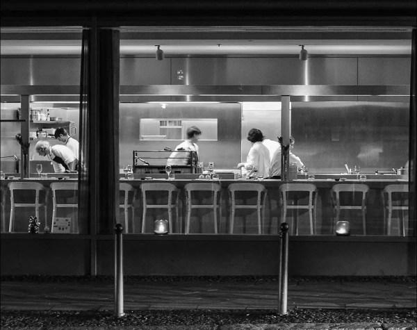 le poste de nuit fait des péparations pour le dîner du jour