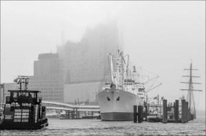 au devant l'Elbphilharmonie l'ancien navire cargo « Cap San Diego » est situé