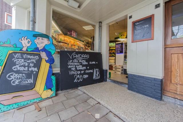 marchand de légumes dans le quartier Purmerplein à Nieuwendam. Dessiné par Berend T. Boeyinga, l'ensemble est classé monument historique.