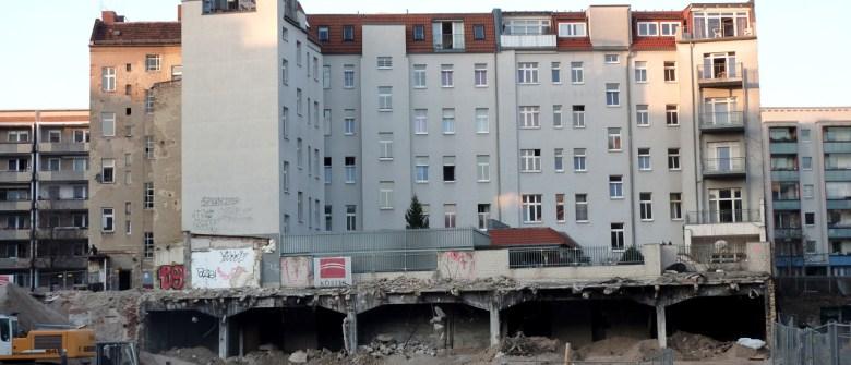 Blick auf die Großbaustelle südlich der Rigaer Strasse in Friedrichshain. Ein ganzes Quartier wird abgerissen, um hochpreisige Stadtquartiere zu errichten
