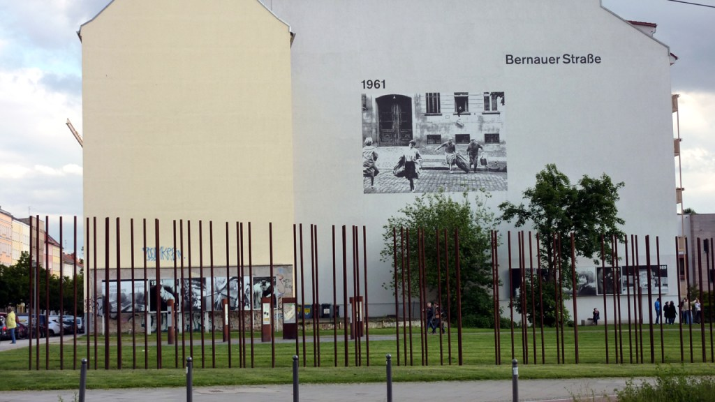Entlang der Bernauer Strasse in Berlin verlief die Berliner Mauer.