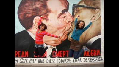 Touristenmagnet East Side Gallery - die küssenden Honecker und Breschnew.