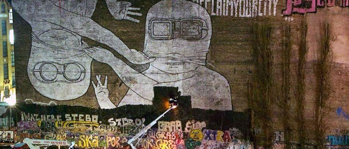 Bei Nacht übermalen Arbeiter das Kreuuzberger Kult Graffiti - BLU Geister