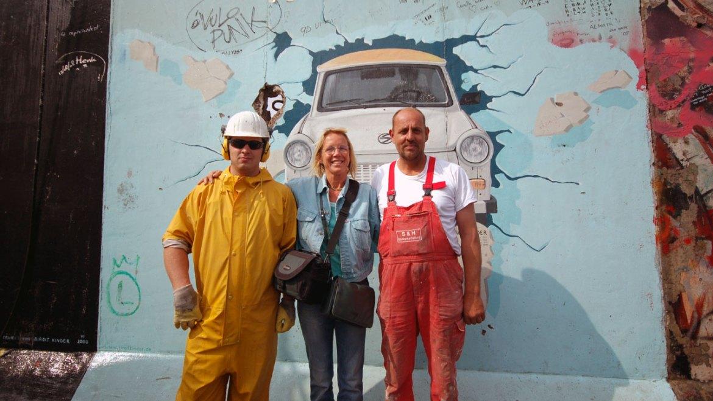 Künstler und Sanierer vor der East Side Gallery Berlin