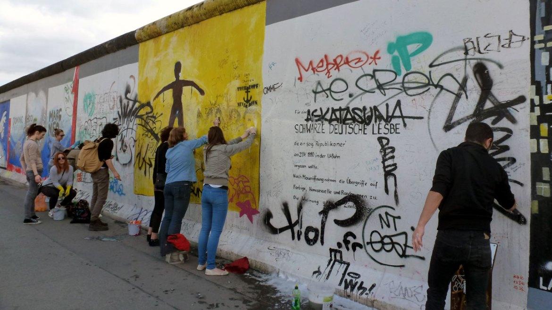 Reinigung der Wandbilder an der East Side Gallery Berlin