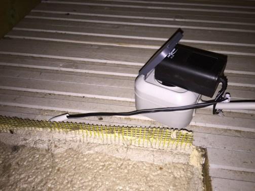 Netzteil im Dachüberstand installiert