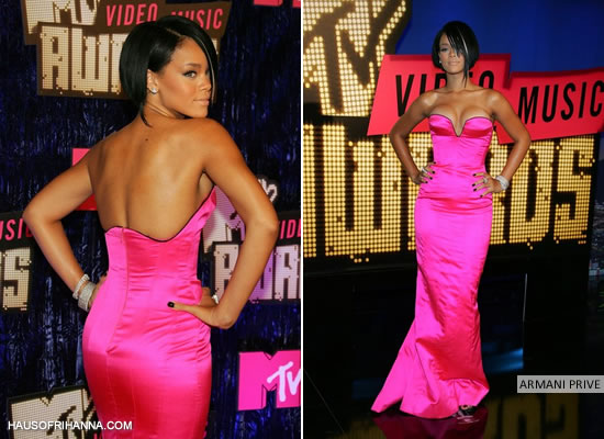 Rihanna Was Pretty In Pink At The 2007 VMAs A Hot Strapless Gown With Black Trim By Armani Priv Back Then She Sported Her Signature Bob That