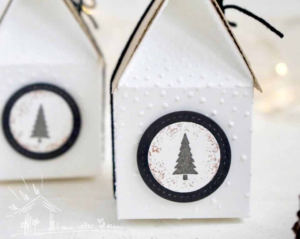 Kleine Häuschen als Geschenkverpackung zu Weihnachten oder zum Nikolaus. Die Anleitung gibt es bei Danielas Stempelwelt.
