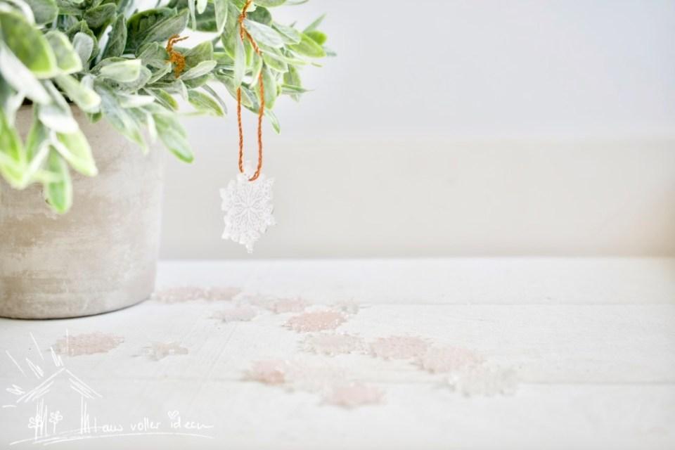Schneeflocken mit Schrumpffolie - gestempelt und als Anhänger geschnitten